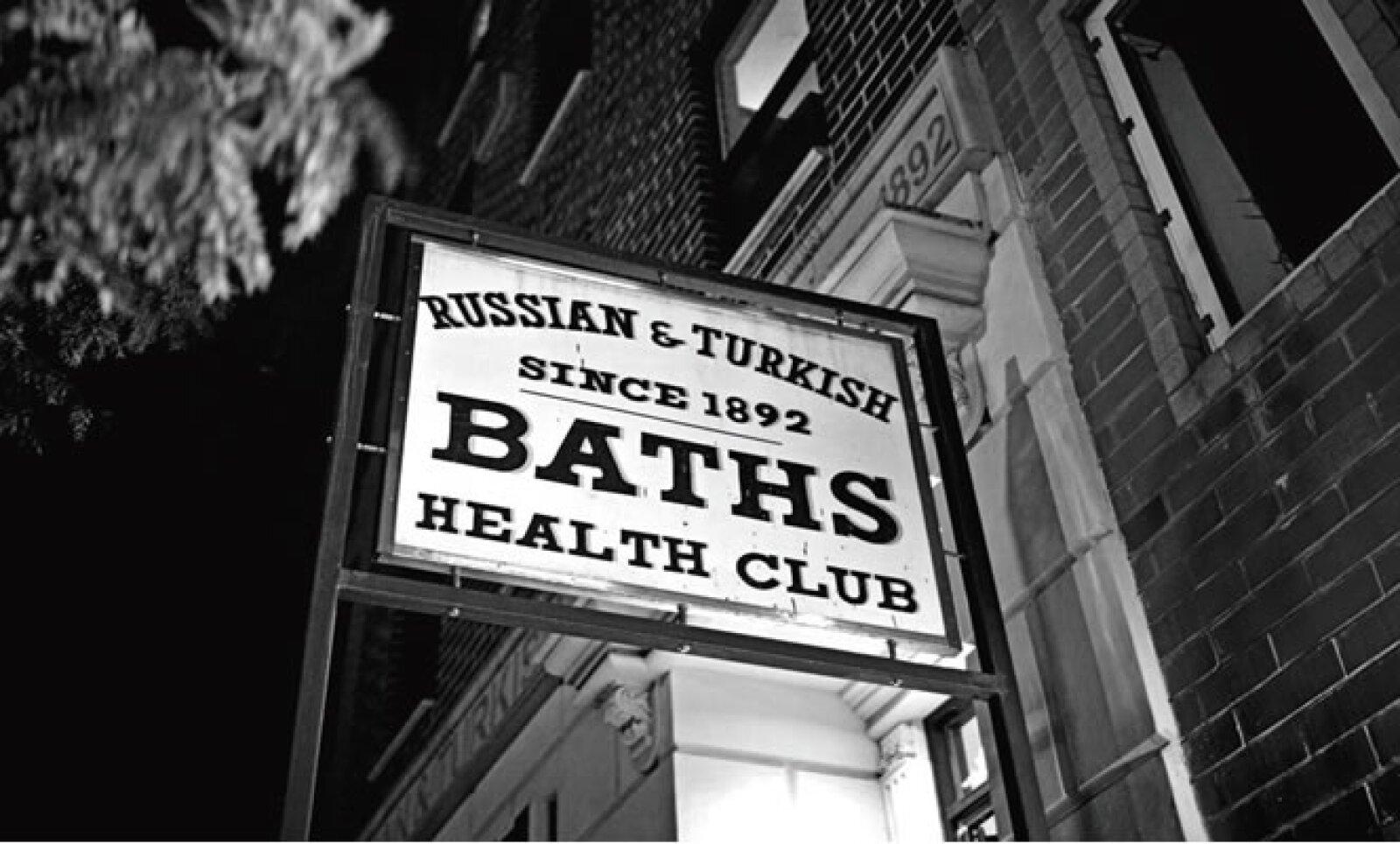 Uno de los locales más antiguos de la zona es el club de baños Russian & Turkish Baths creado desde 1892.