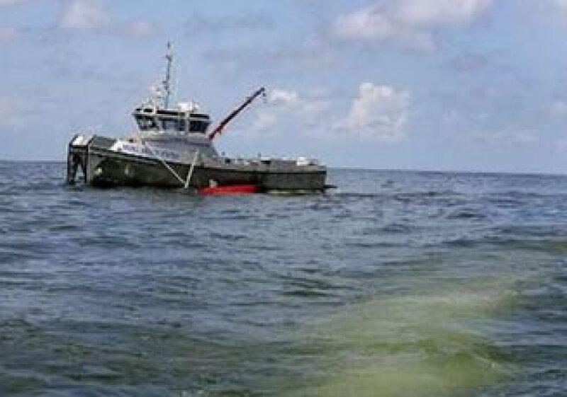 La petrolera repara la fuga en el lecho marino, donde se derrama el petróleo desde abril pasado. (Foto: Reuters)