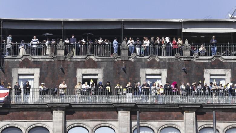 Monjas y laicos miraron desde los balcones de edificios aledaños al Zócalo el recorrido del Papa.