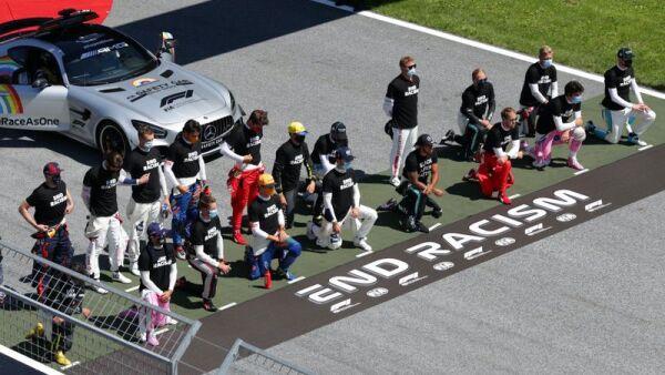 Los pilotos de la Formula 1 clavan la rodilla al piso en señal de protesta contra el racismo.