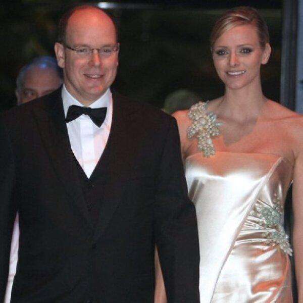 Alberto de Mónaco conoció a Charlene cuando él le entregó un premio de segundo lugar en el 2001. Aunque su relación oficialmente comenzó en el 2006.