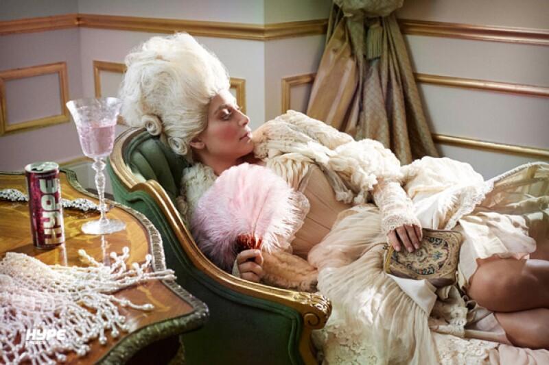 La empresaria se caracterizó de Audrey Hepburn y Maria Antonieta para grabar un comercial de bebida energética.
