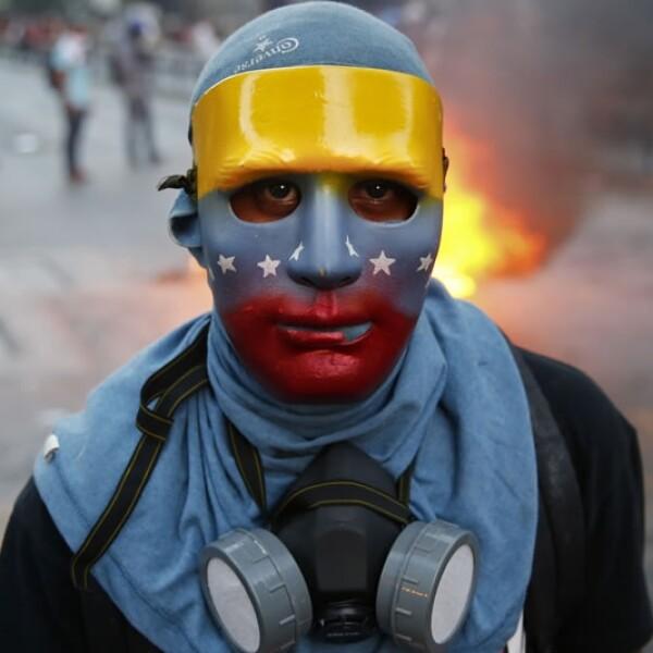 Máscara y equipo protector de un participante en la manifestación por la democracia en la capital de Venezuela