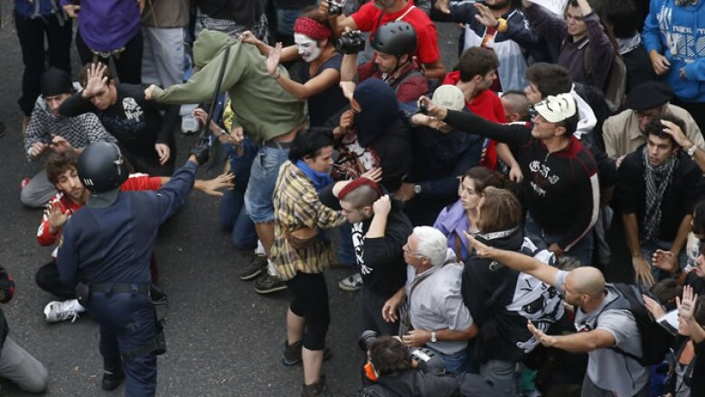 Los manifestantes dijeron que estaban hartos de los recortes de salarios y en salud y educación.