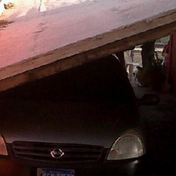 Algunos automóviles fueron aplastados por los derrumbes que generó el temblor