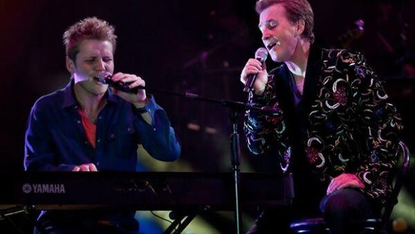 Emmanuel y su hijo Alexander cantaron juntos durante le concierto que se ofreció en Saltillo para festejar los 432 años de la ciudad y donde el productor de televisión recibió un reconocimiento.