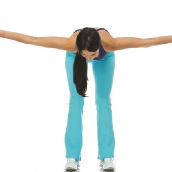 3. Coloca los pies al ancho de los hombros, flexiona rodillas y lleva el tronco paralelo al piso. Eleva los brazos a la altura de los hombros