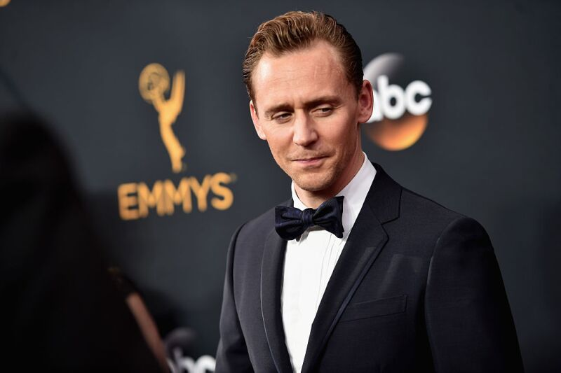 Tom Hiddleston, con un look atemporal de elegancia inglesa