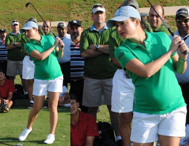 Lorena presumió pancita y técnicas de golf.