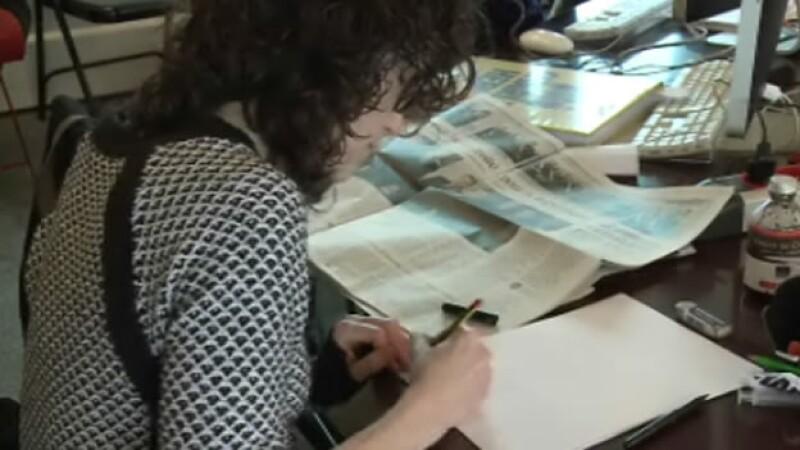 Una cartonista de la revista ?Charlie Hebdo? durante la creación de la edición tras el ataque que dejó 12 muertos