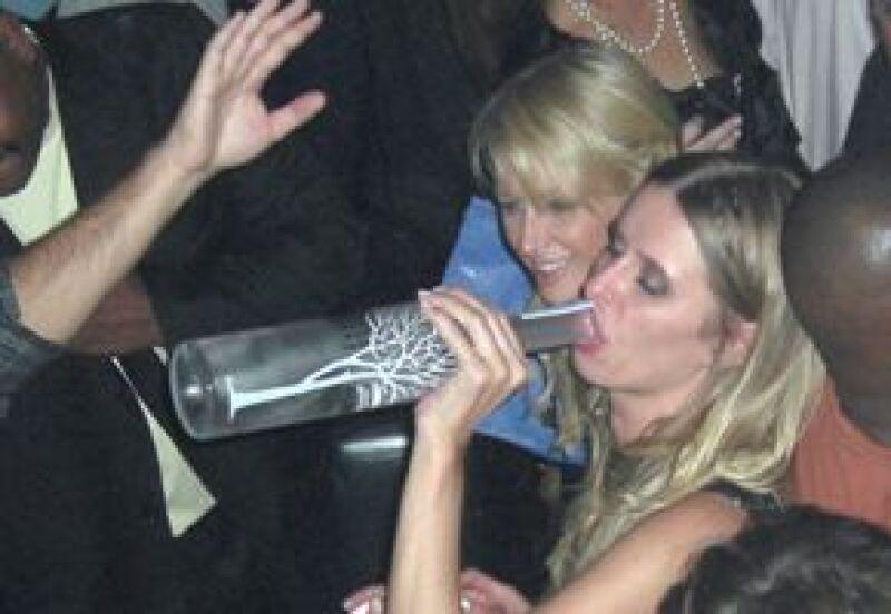 Las herederas fueron vistas pasándola muy bien en un club nocturno de la ciudad.