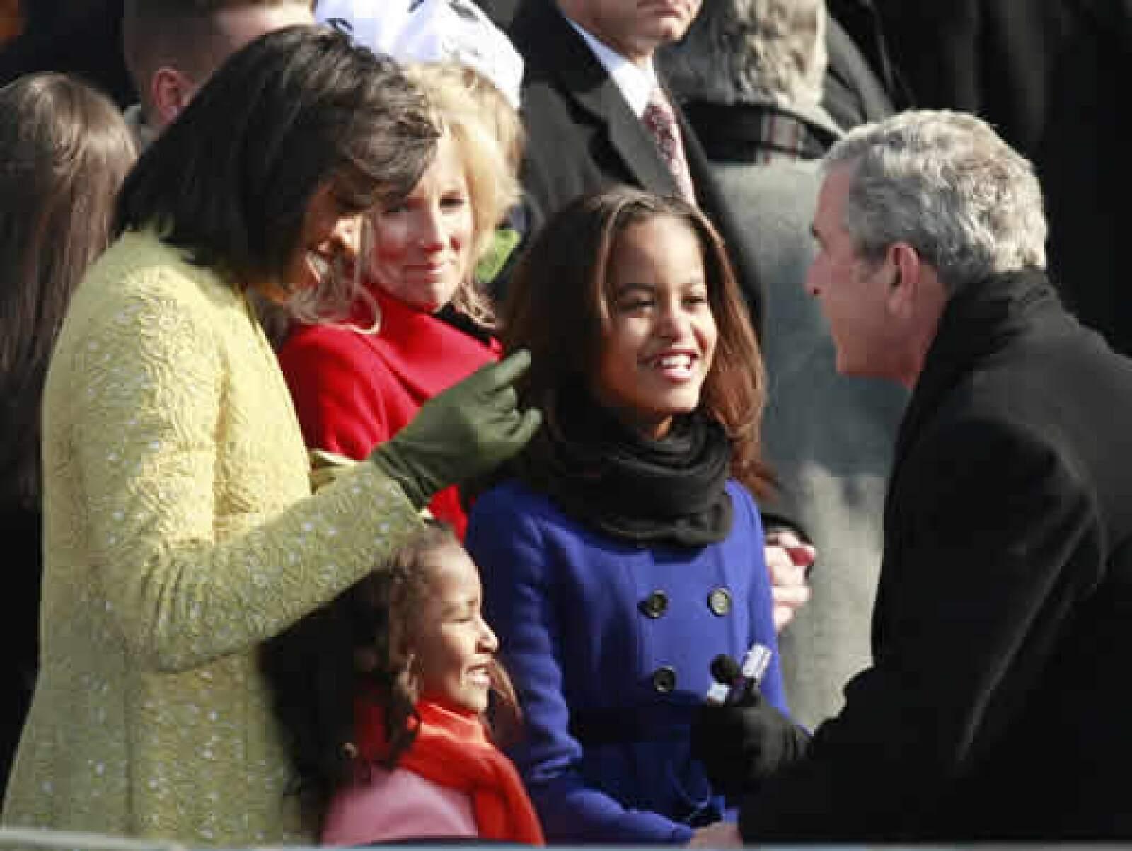 Bush felicita a Michelle, la esposa de Obama, y sus hijas Sasha y Malia.