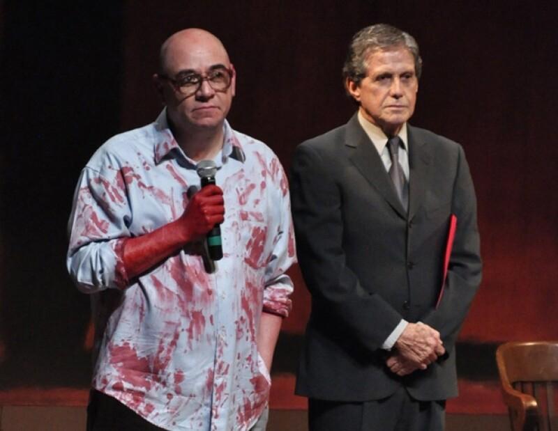 Víctor Trujillo con Héctor Bonilla durante la develación de la placa por las 100 representaciones de la obra Rojo.