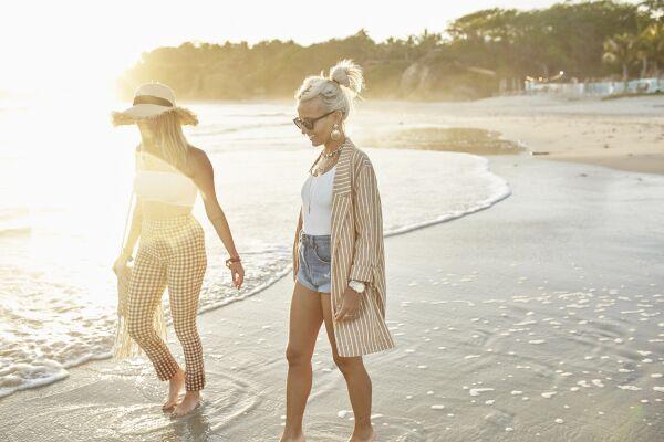 Dos de las influencers disfrutando de la playa en looks de verano Stradivarius