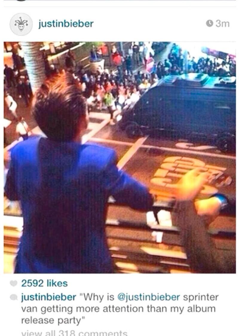 Esta es la imagen que Bieber publicó de Drake Bell observando su camioneta.