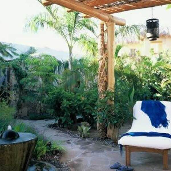 Posee también una variedad de masajes terapéuticos únicos y de tratamientos revitalizantes, cuarto de vapor/ baño sauna, alberca watsu y regaderas al aire libre.