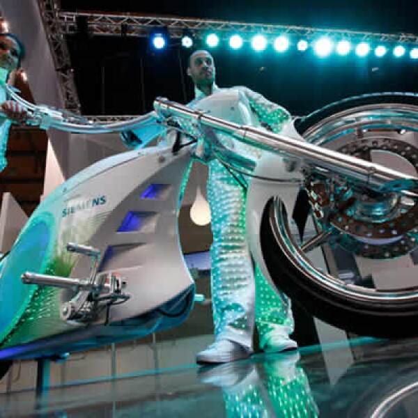 También se presentó una motocicleta que utilizaría solamente energía eléctrica. La feria estará abierta hasta el próximo 23 de abril.