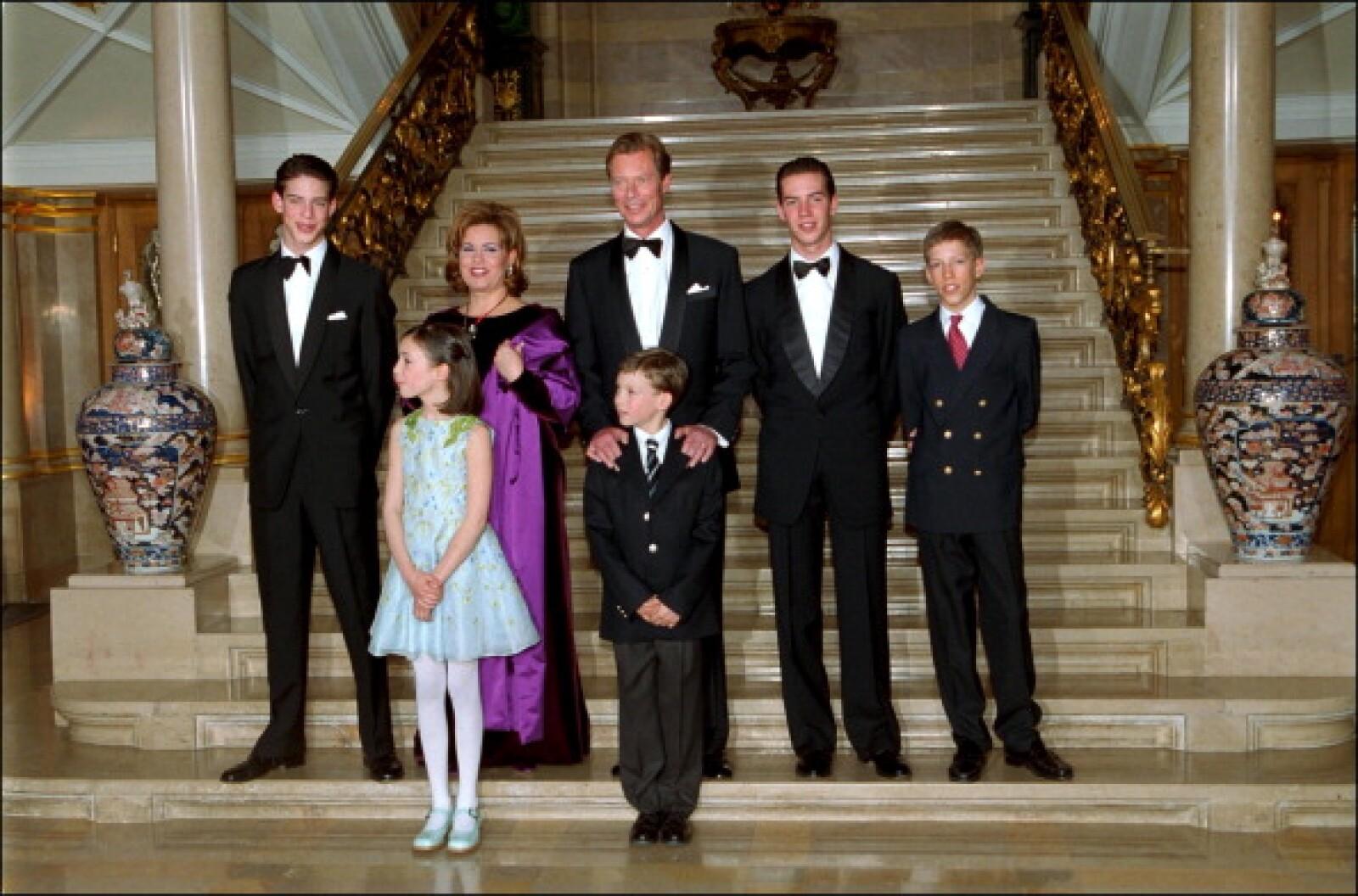 El Gran Duque Henri de Luxemburgo junto a sus 5 hijos.