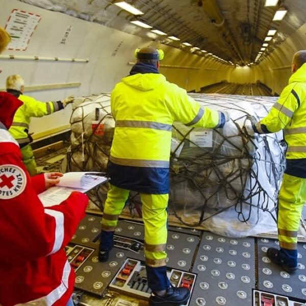 Integrantes de la Cruz Roja de Alemania cargan ayuda humanitaria para las víctimas del sismo afuera de Berlín