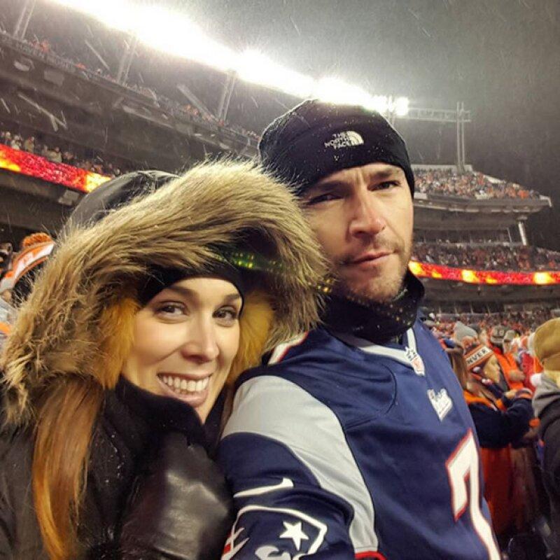 ¡Diversión bajo cero! Los esposos disfrutaron al máximo su estancia en el estadio Sports Authority Field at Mile High.