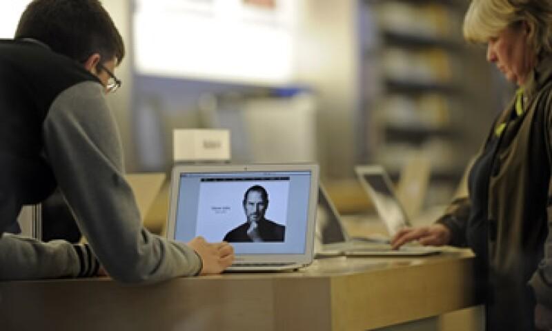 Tras la muerte de Jobs, la editorial Simon & Schuster adelantó un mes el lanzamiento de la biografía escrita por Isaacson. (Foto: AP)