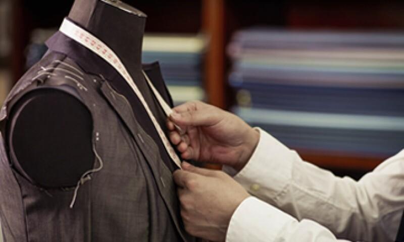 Elije la tela correcta para tu traje, una lana S100 es la indicada para usar en verano. (Foto: Getty Images)