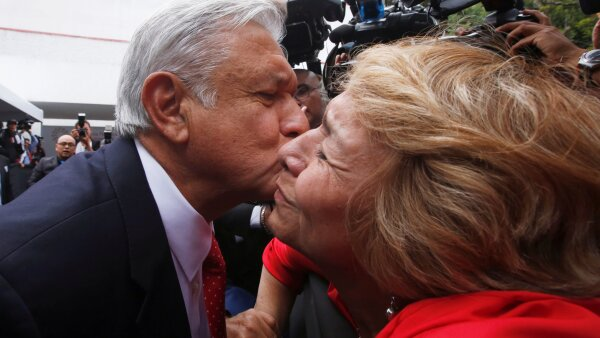 Piden beso a AMLO