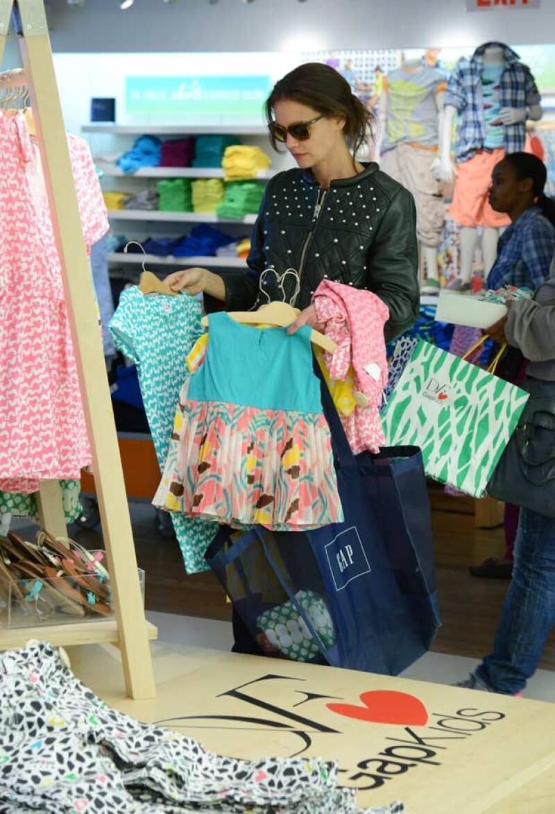 """Katie acudió a una tienda ubicada en la 5ta. Avenida de Nueva York para comprarle ropa """"económica"""" a su hija."""