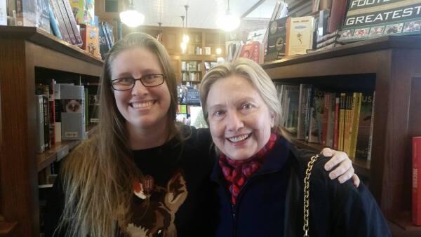 Hillary Clinton comprando libros.