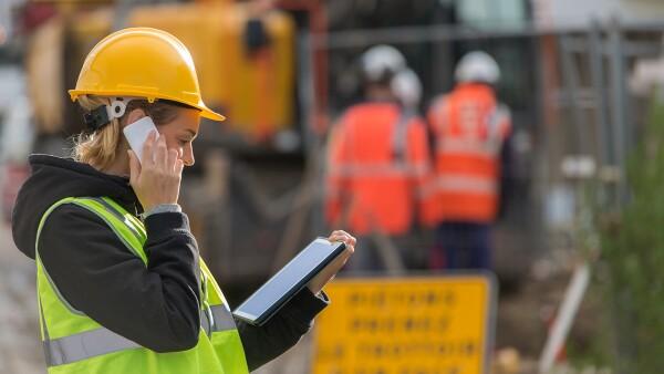 Mujer en la construcción