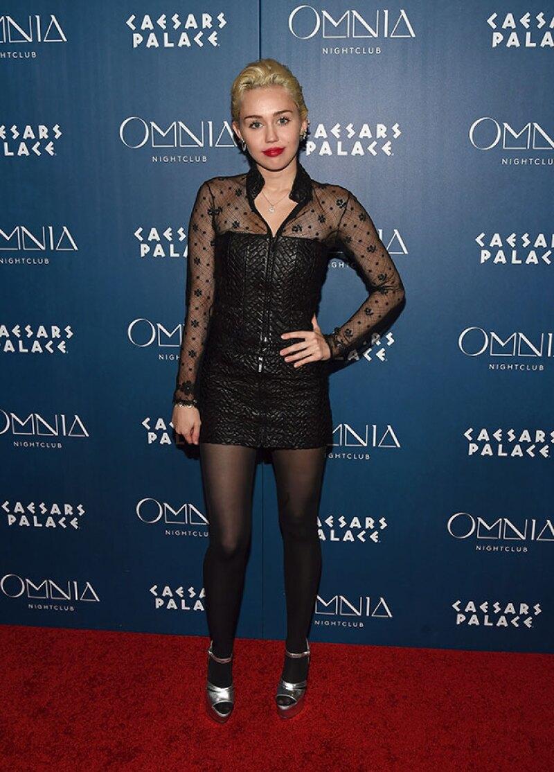 A pesar de ser anfitriona de un evento en Las Vegas, la cantante se mostró muy poco animada después de ver las fotos comprometedoras de su novio con otras mujeres.