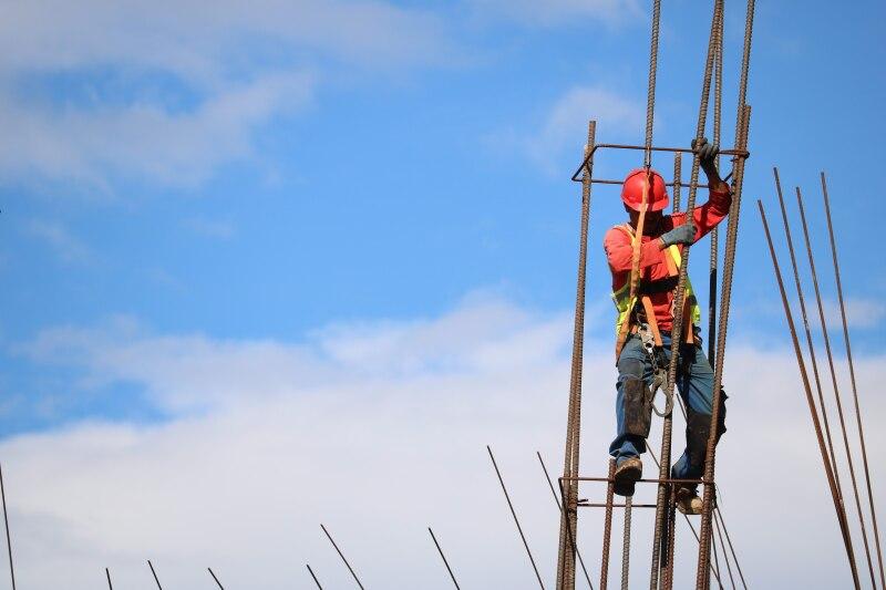 Los trabajadores latinos de la construcción en Estados Unidos perciben sueldos que van de 15 a 22 dólares, pero no cuentan con algún otro beneficio. Los trabajadores no cuentan con ningún otro beneficio