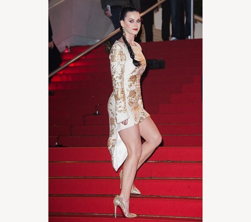 La cantante de pop fue galardonada con un premio a Mejor Artista Femenina Internacional. Deslumbró en la alfombra roja de los premios con un vestido Osman que dejaba ver su delineada figura.