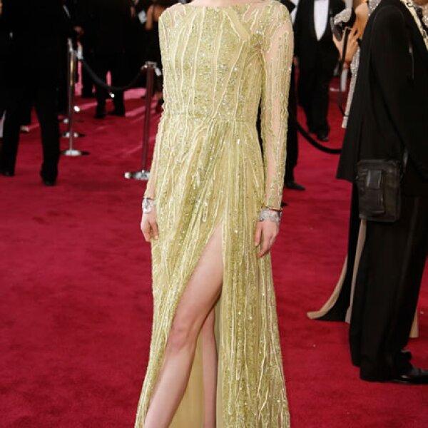 Emma Stone coordinó su look Elie Saab con unos cuffs de oro blanco, oro amarillo y diamantes inspirados en los años 40.