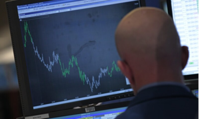 Los mercados accionarios de EU operan con números negativos a media jornada del miércoles. (Foto: Reuters)