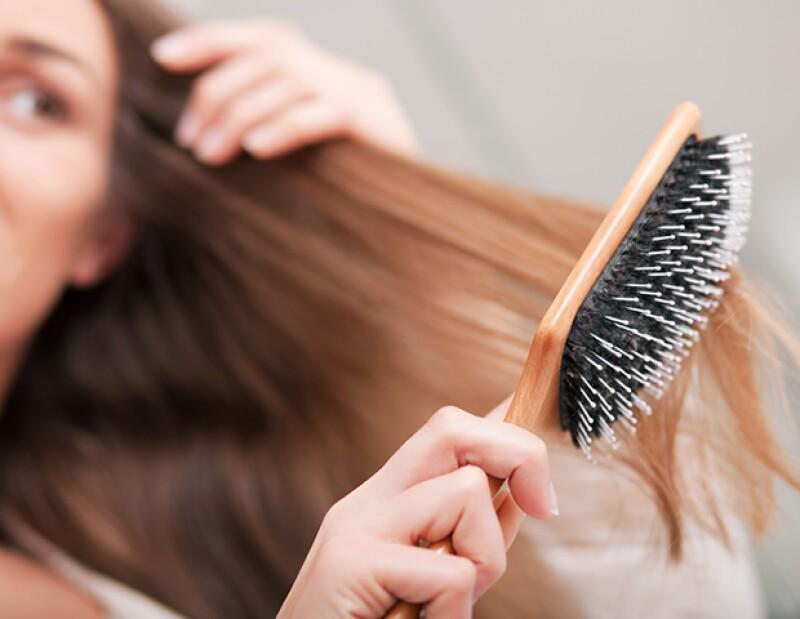 Recuerda: evita cepillar tu pelo con un cepillo de plástico y opta por un de cerdas naturales.