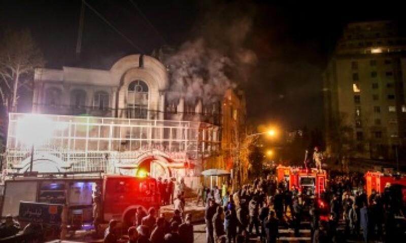Teherán vivió una noche tensa por las manifestaciones contra el gobierno saudí (Foto: AFP)