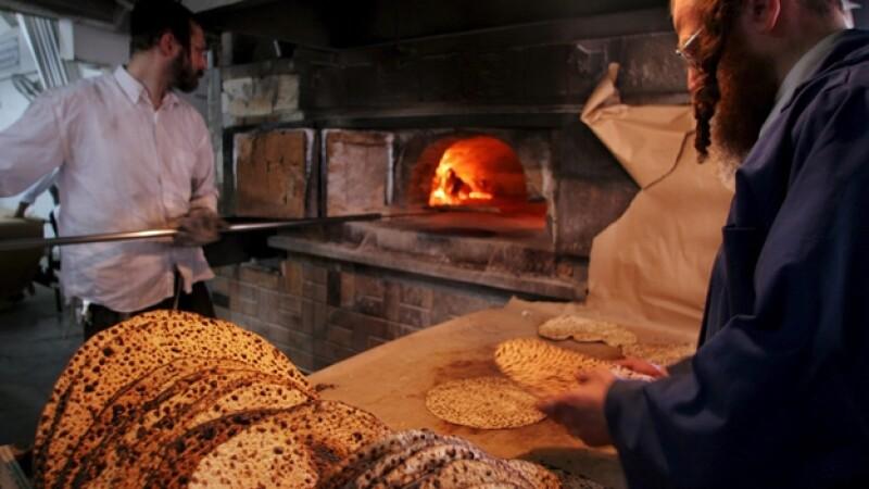 Panaderos judíos  fabrican el matzá, pan sin levadura que los judíos comen durante la fiesta de la Pascua