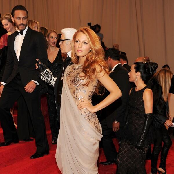 Blake Lively usando un Chanel para la red carpet de la Met Gala en la edición de 'Alexander McQueen: Savage Beauty'