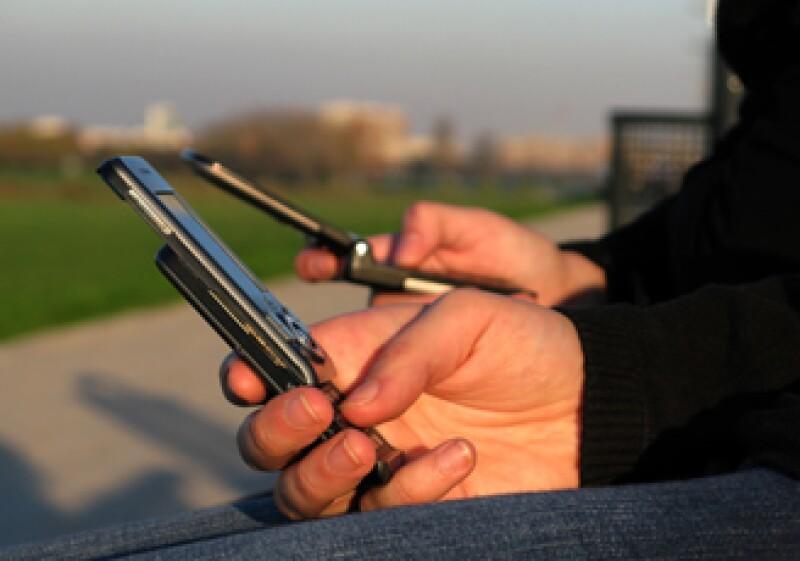 Hoy en día, hay más líneas de teléfonos celulares que de teléfonos fijos.  (Foto: Especial )