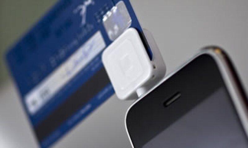 Este dispositivo se adapta a los teléfonos o tabletas para aceptar pagos con tarjeta. (Foto: Getty Images/Archivo)