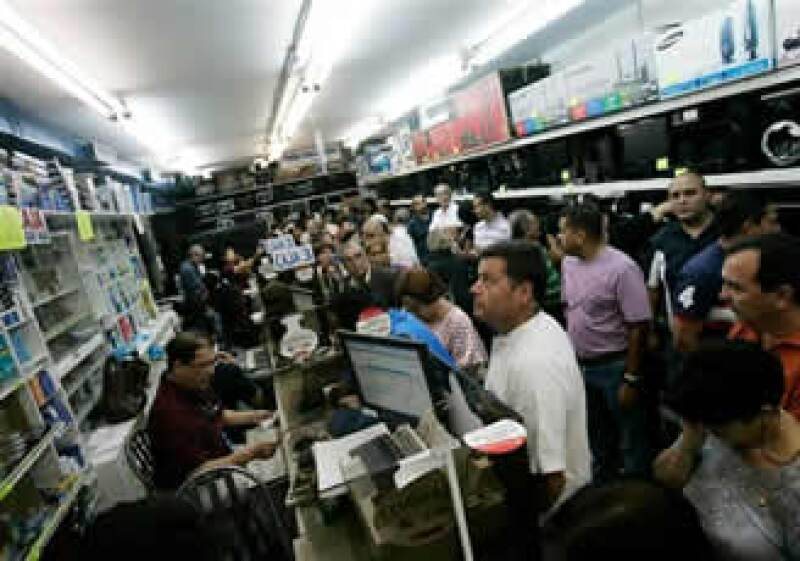 El presidente de Venezuela pidió a sus compatriotas no entrar en la dinámica de las compras de pánico. (Foto: AP)