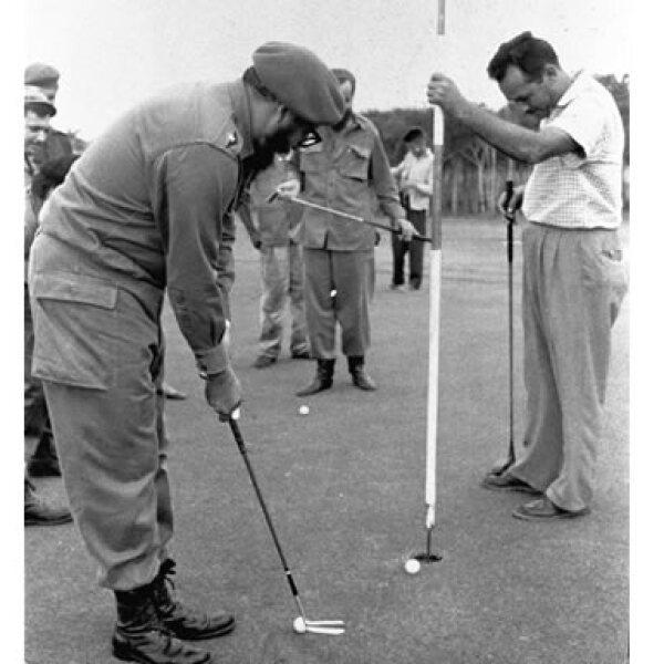 Lo mismo se puso la casaca del equipo de Oriente de béisbol, la playera de la selección de futbol y en esta imagen, del 30 de marzo de 1961, practicó un par de tiros en el Club de Golf Villarreal en La Habana.