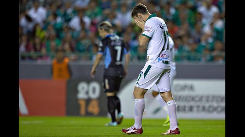 El delantero argentino de León Mauro Boselli tuvo varias oportunidades para anotar pero se quedó con las ganas ante Bolívar