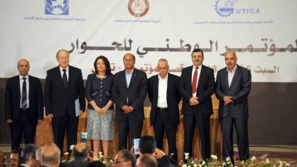 Mediadores tunecinos en una reunión entre gobernantes islamistas y la oposición.
