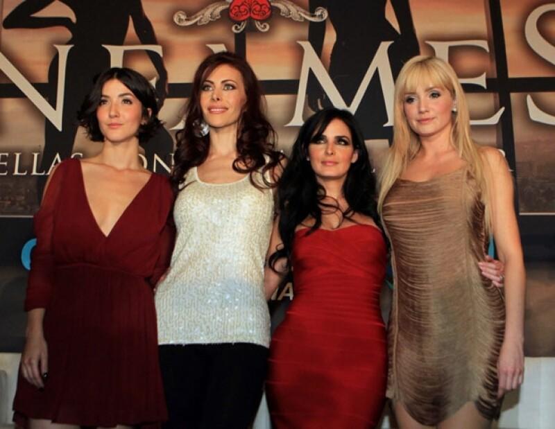 Ximena estudió mercadotecnia pero prefirió ser actriz. Aquí con el elenco de la serie Infames.