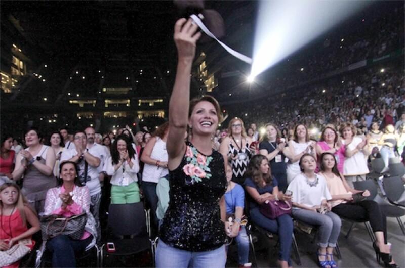 La noche de este sábado Alejandro Fernández se presentó en la capital española deleitando a su público. La primera dama y la actriz estuvieron en primera fila.