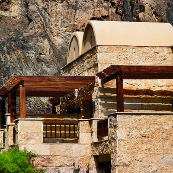 4)Uno de los hoteles más lujosos de la zona es el Evason Ma'in. Se caracteriza por sus aguas termales, su restaurante que sirve especialidades jordanas y libanesas y su panorámica con vista a Jerusalén.