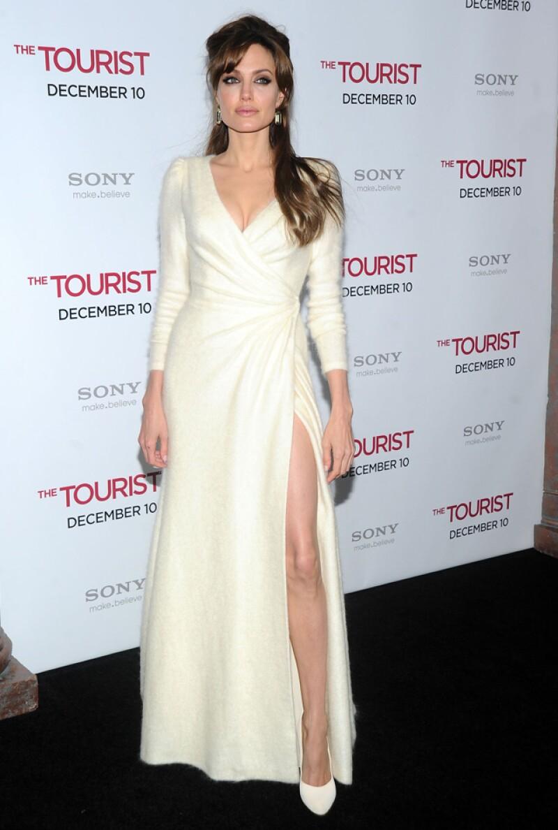 Angelina usó un hermoso vestido parecido al de Caitlyn en 2010.