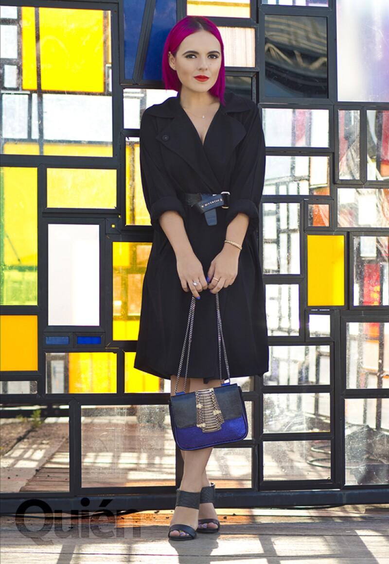 Andrea María con una gabardina de Forever 21, cinturón Givenchy, zapatos Steve Madden y bolsa de Pantera.